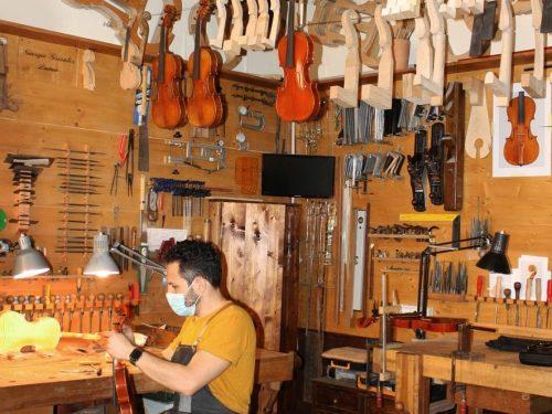 Il futuro oscuro per i più grandi fabbricanti di violini del mondo (corrispondenza BBC)